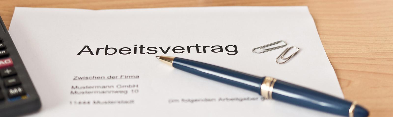 Ein Arbeitsvertrag mit Kugelschreiber Arbeitsrecht